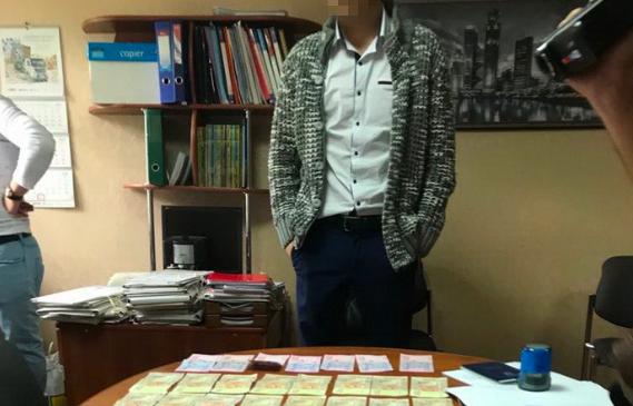 На Донеччині чиновник вимагав хабарі від підприємців за оформлення земельних ділянок