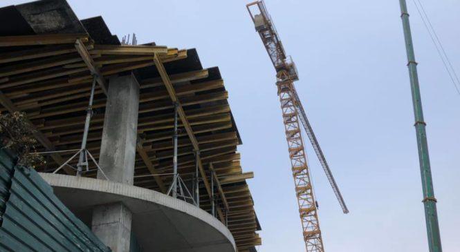 У Києві на Андріївському демонтували будівельний кран на місці зведення скандального готелю