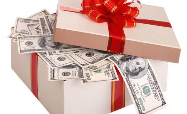 Чиновник Вінницької ОДА отримав 400 тисяч у подарунок від 84-річного пенсіонера