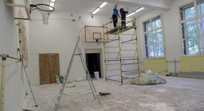 За ремонт школи в Києві позмагалися дві наближені фірми