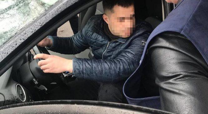 Посадовця «Київзеленбуду» затримали під час одержання хабара